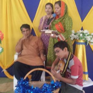 2017-8-17_A CHRISTIAN PAKISTANI FAMILY SINGING TO THE LORD ON SUNDAY DURING SERVICE
